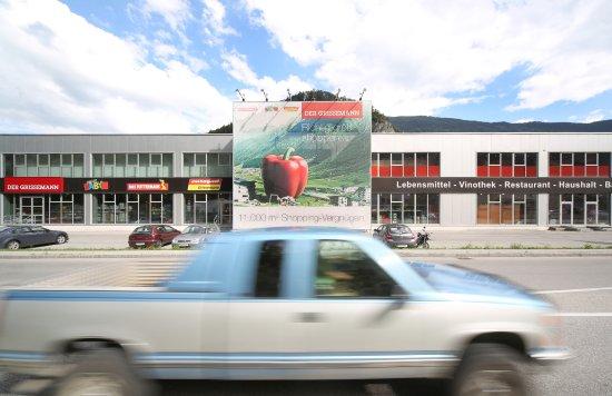 Zams, Österreich: Das Restaurant im Einkaufszentrtum Der Grissemann