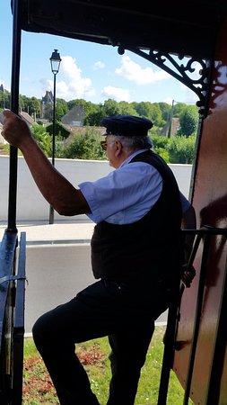 Pacy-sur-Eure, Francia: CFVE, le Directeur du Train surveille notre chemin