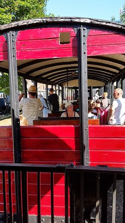 Pacy-sur-Eure, Francia: CFVE, les wagons voyageurs au soleil