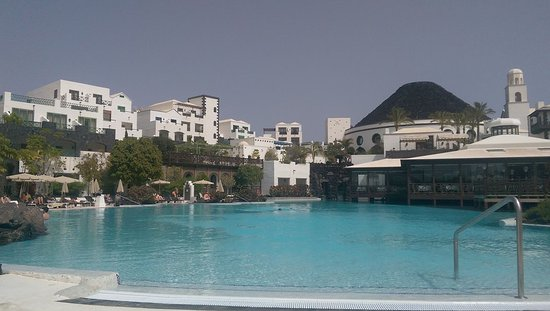 Hotel THe Volcan Lanzarote: Our room was the one left of centre, top floor...fabulous!