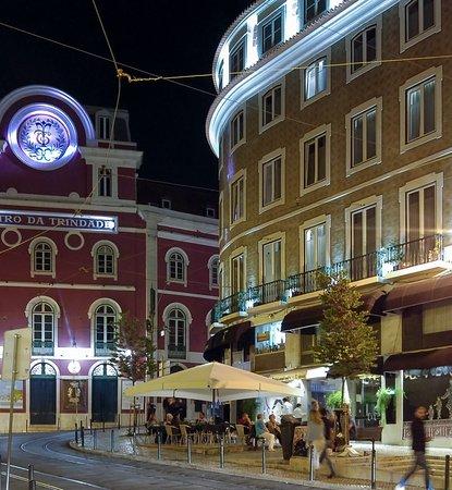 Teatro Bed & Breakfast: Hotellet och gatuserveringarna framför.