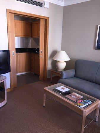 Porto Santa Maria Hotel: suite lounge and kitchen area
