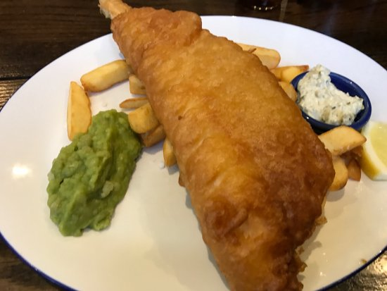 Cadnam, UK: Battered fish chips and mushy peas with ta-tar sauce , relish