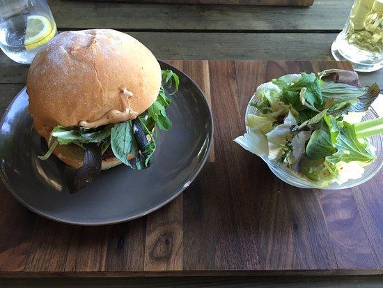 Auvernier, Schweiz: Burger et sa petite salade