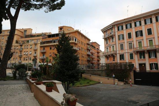 Residenza Madri Pie: Utanför hotellet på baksidan