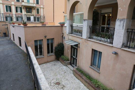 Residenza Madri Pie: Baksidan av hotellet