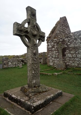 Port Ellen, UK: Kildalton Cross with ruined chapel