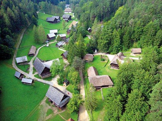 Styria, النمسا: Beim Spaziergang durchs Museumstal vermitteln die 98 Häuser  Einblicke in die bäuerl. Geschichte