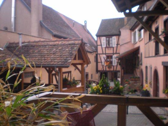 Mittelbergheim, França: cour intérieure et accès au restaurant en sortant des chambres