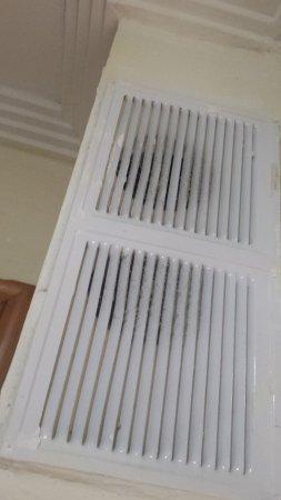 San Nicolas, España: rejillas de ventilacion muy sucias