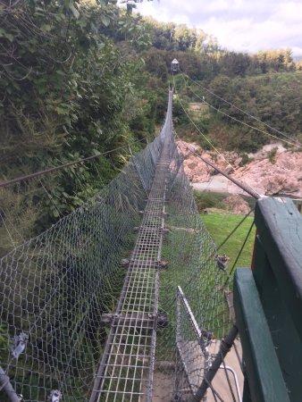 Nelson-Tasman Region, Nueva Zelanda: Swing bridge from the highway side on a Monday morning.