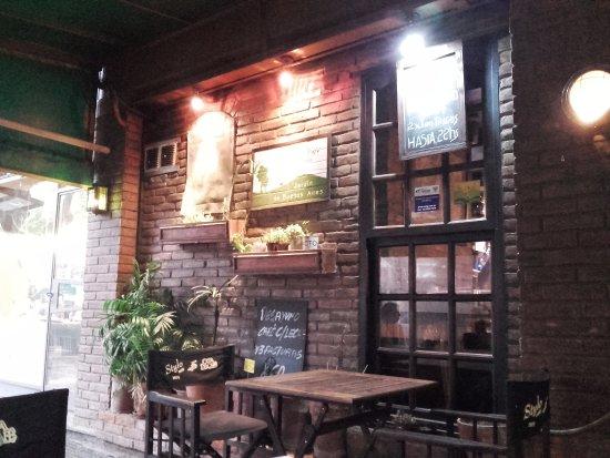 Stylo Cafe: Vista de las mesas externas del local, tomadas desde el lugar donde me hallaba merendando
