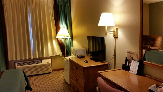 Macomb, IL: Handicapped Accessible Room with queen Bed
