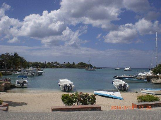 """Bayahibe, Δομινικανή Δημοκρατία: В начале пляжа в Байяибе причал для лодок. Отсюда же отправляются на остров """"Саона"""""""