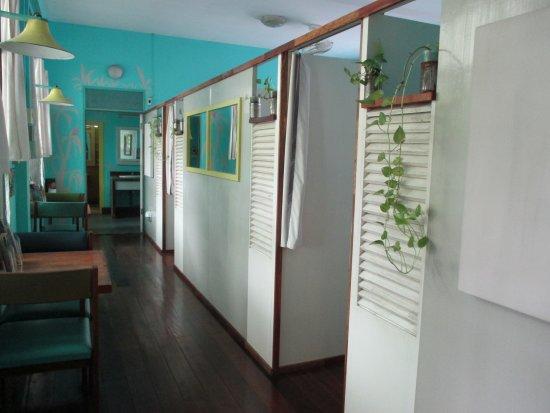 60 Blue House: Flur im Erdgeschoss mit Dorms