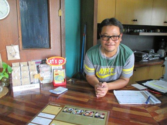 60 Blue House: Er betreibt das Hostel, ist sehr sehr freundlich und hilfsbereit und hat hat die Deko gemacht.