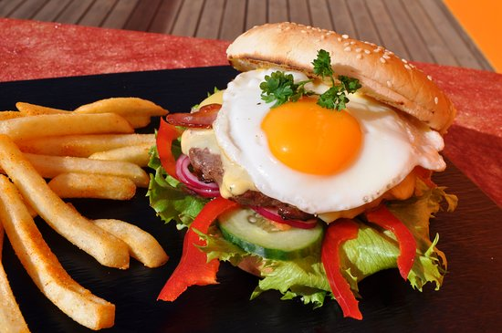 Blonduos, Island: Hamburger à la  B&S with egg, bacon, cheese and honey mustard sauce
