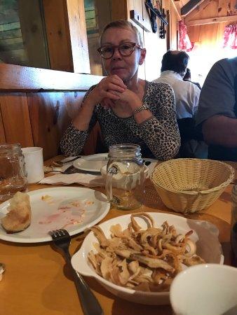 Dunham, Canada: Ma femme Catherine devant un plat d'oreilles de Christ!