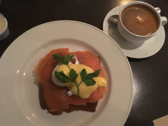 Roly's Bistro: Superb Eggs Benedict and very well made Coffee