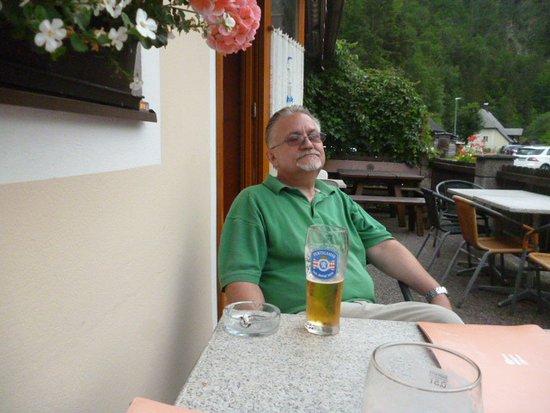 Wildalpen, Αυστρία: Sörözés a vendéglő teraszán