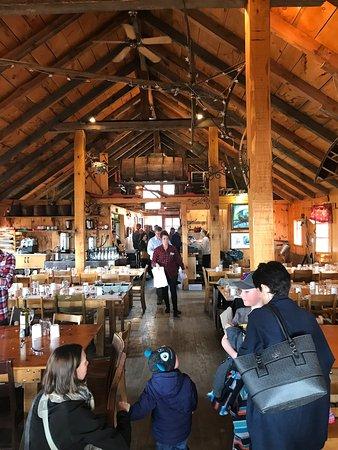 Dunham, Canada: Grande salle à manger conviviale de la Cabane à Sucre Hilltop!