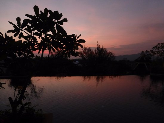 Pavilion Queen's Bay: Sunset over hotel pool