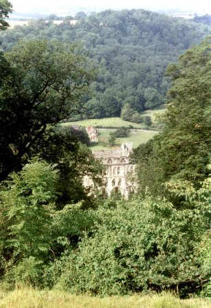 Helmsley, UK: View of Rievaulx Abbey from Rievaulx Terrace © Robert Bovington