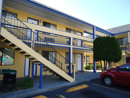 Sumner Motor Inn: NO elevator to haul luggage to the rooms upstairs