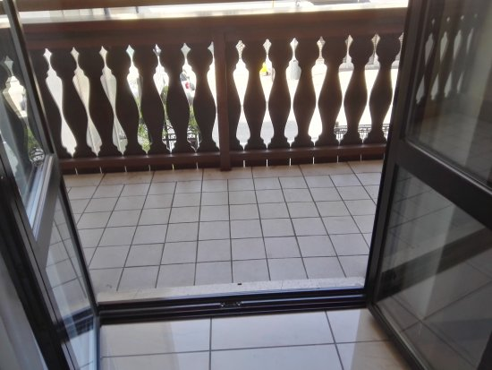 Hotel Cortina : Balcony and bathroom
