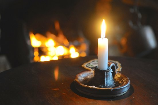 Burythorpe, UK: Candles maketh the pub