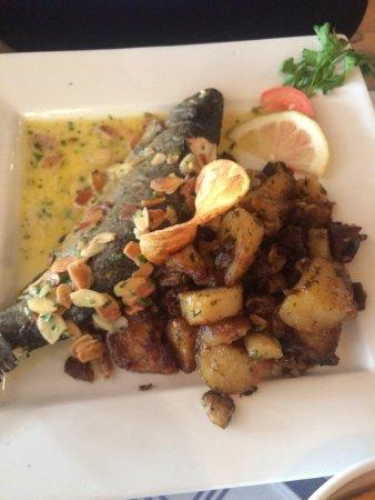 Le Bistrot : El primer plato choritos con crema y chorizo y papas fritas, y El Segundo trucha alimonada con a
