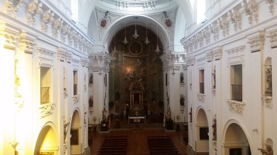 Iglesia de San Ildefonso Jesuitas: Inside and outside of this beautiful church!