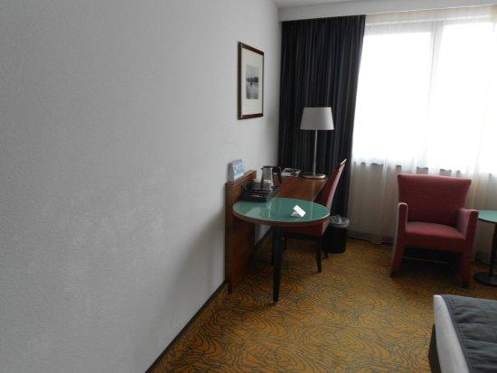 Mercure Hotel Amsterdam City: Côté bureau avec prises mises à disposition