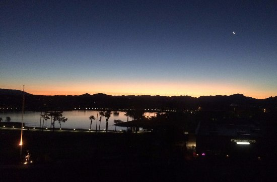 Fountain Hills, Аризона: Pre-dawn east view of the fountain lake, from third floor.