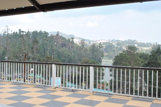 Hotel Darshan Ooty: Lake view from portico