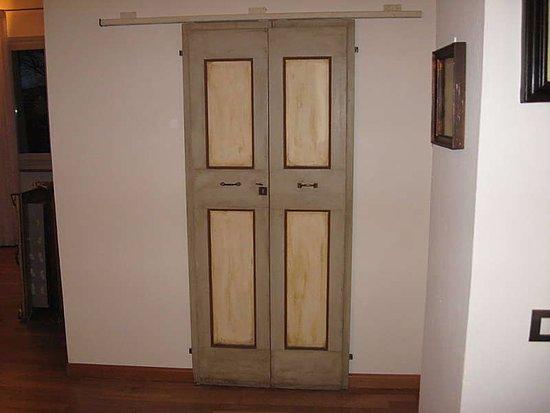 Vignola, Italy: Vecchia porta restaurata montata come porta scorrevole