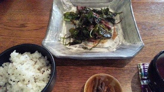 Tamba, Japón: お昼のコース。手前の蕗の炊いたんがもの凄く美味しい。