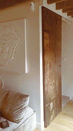 Porta antica materica restaurata per arredare interni for Interni moderni 2017
