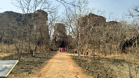 Rock Shelters of Bhimbetka: Entrance to Rock Shelters (about a kilometre away from the ticket counter)