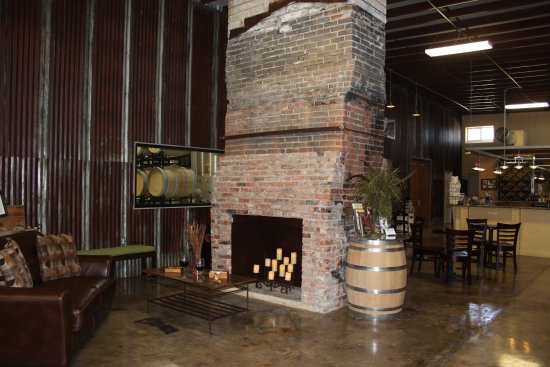 Kerrville, TX: Tasting room & fireplace