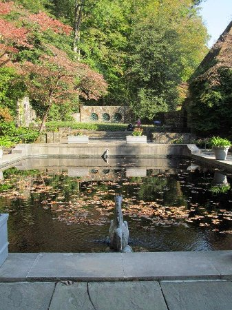 Winterthur, DE: Reflecting pool behind the house