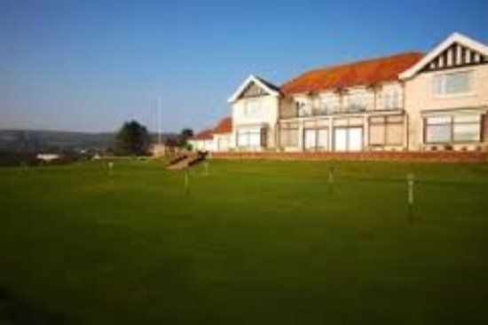 Burry Port, UK: Practice putting green and club house