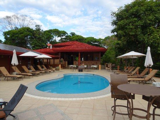 Villas Alturas: La piscine au premier plan et la salle à manger en second