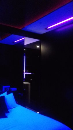 Hotel Delarc: Black lights in room