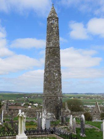 Ardmore, Irland: The Round Tower, viewed through the surrounding Graveyard