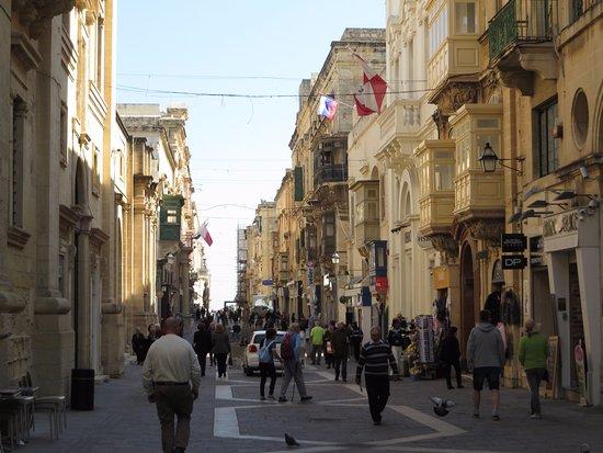 Merchant Street Market : Merchant street, direzione verso Forte S.Elmo, a metà mattina