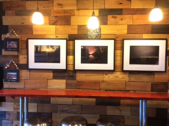Warrensville Heights, OH: This restaurant also supports local artisans. Great photography!
