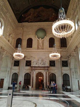 photo0.jpg - Bild von Paleis op de Dam (Königlicher Palast ...