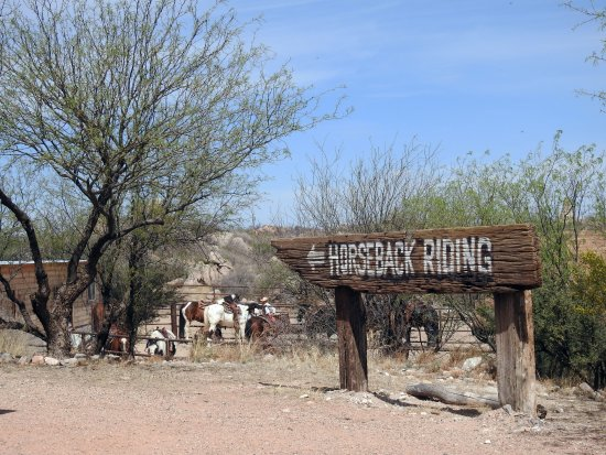 Tombstone Monument Ranch: This way to the horse corral