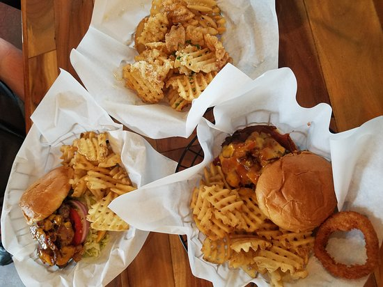 Carmichael, Kaliforniya: Western burger and bacon cheddar..xtra parmesan fries...yumm